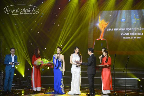 Ảnh hậu Trương Ngọc Ánh nhận giải thưởng từ tay chồng cũ Trần Bảo Sơn