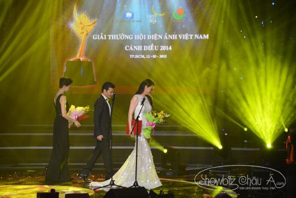 Trương Ngọc Ánh và Trần Bảo Sơn cùng lúc rời khỏi sân khấu