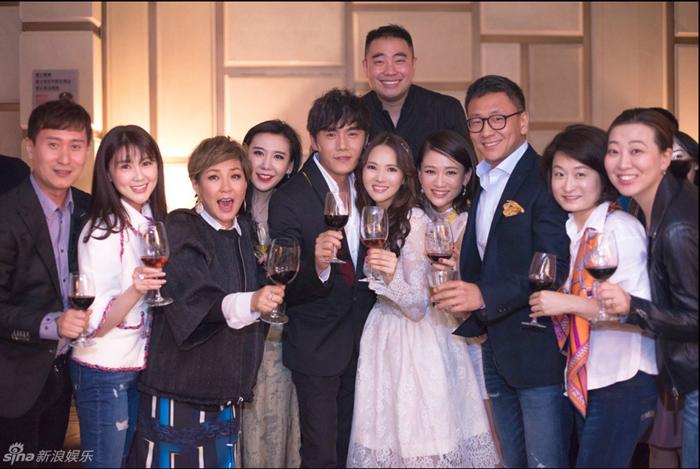 Y Năng Tịnh và Tần Hạo chung vui với bạn bè nghệ sĩ trong buổi tiệc cưới tại Bắc Kinh.