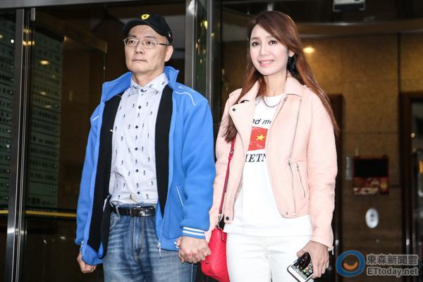 """Helen Thanh Đào và chồng """"tay trong tay"""" ra mắt giới truyền thông, cùng đối mặt với sự chỉ trích của dư luận – Ảnh: ETtoday"""