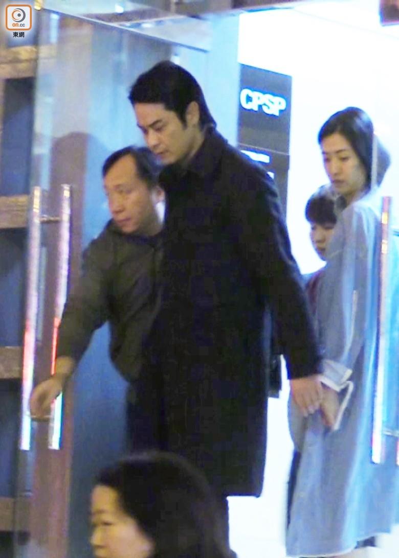 Trịnh Gia Dĩnh rời khỏi Cục cảnh sát Macao vào lúc 23h00 tối qua, ngày 12/1