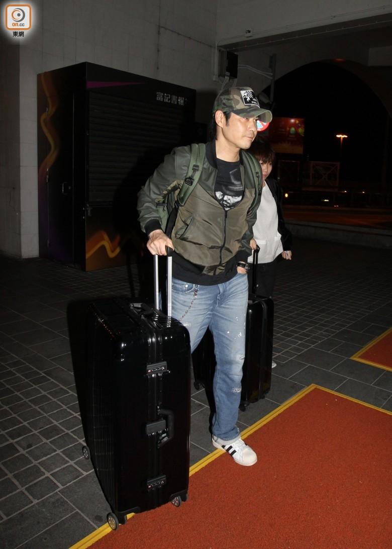 Trịnh Gia Dĩnh xánh hành lý rời Macao để trở về Hong Kong vào lúc 1 giờ sáng ngày 13/1